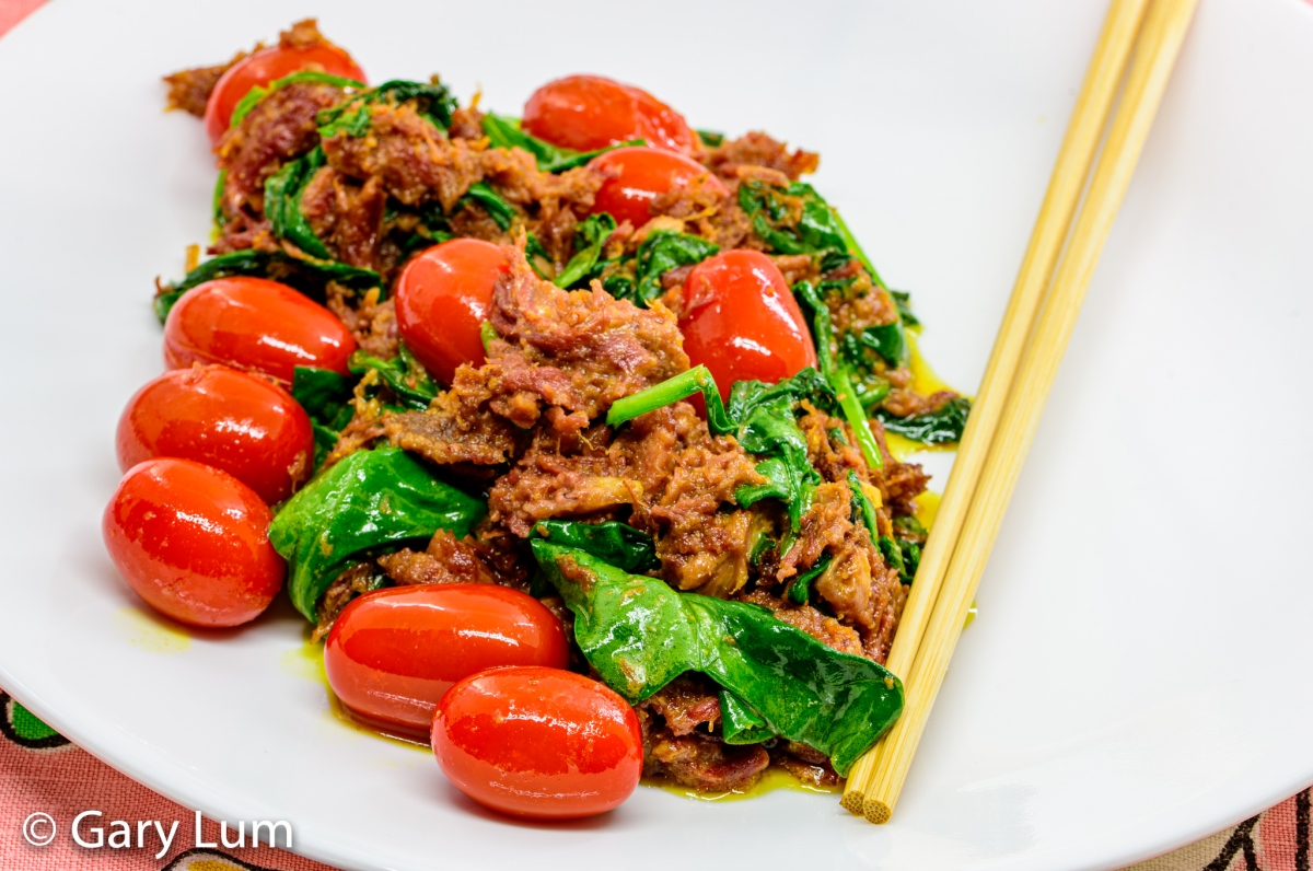 Curry corned beef with cherry tomatoes and spinach