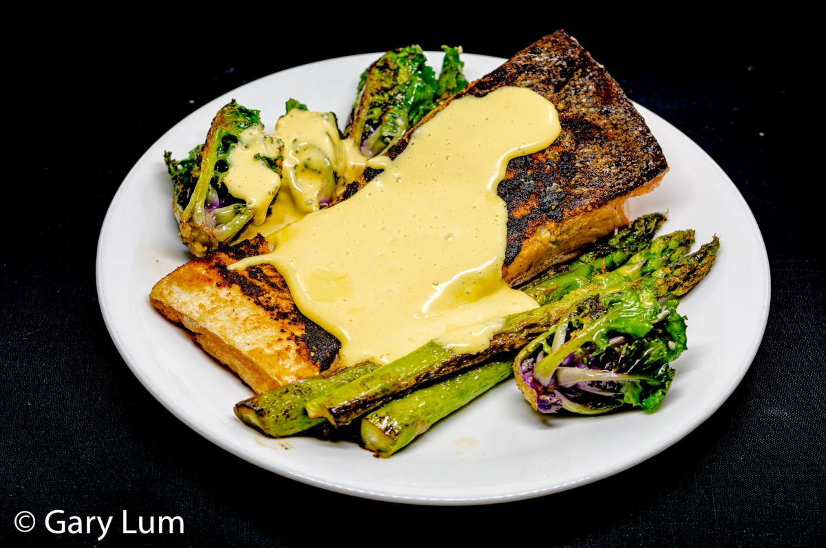 Pan-fried salmon and hollandaise sauce (formerly known as Dutch sauce) with kale sprouts and asparagus