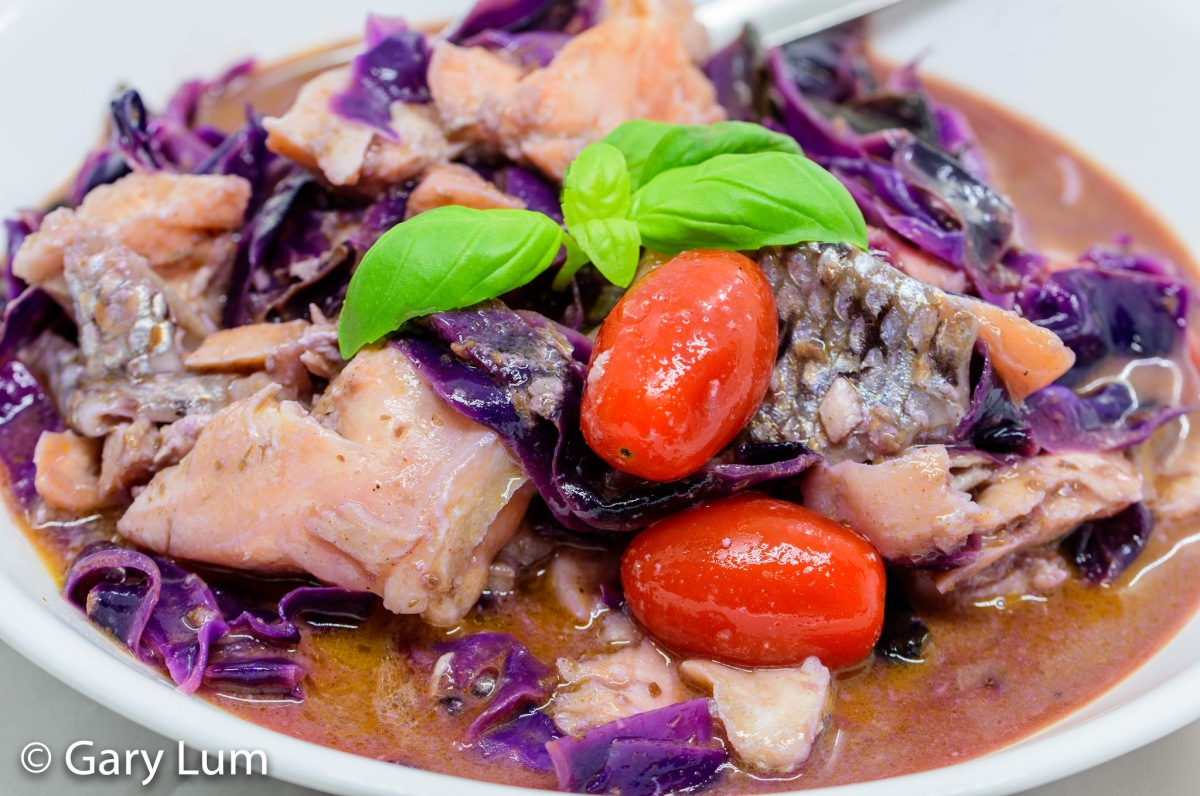 Sous vide flaked salmon red cabbage curry