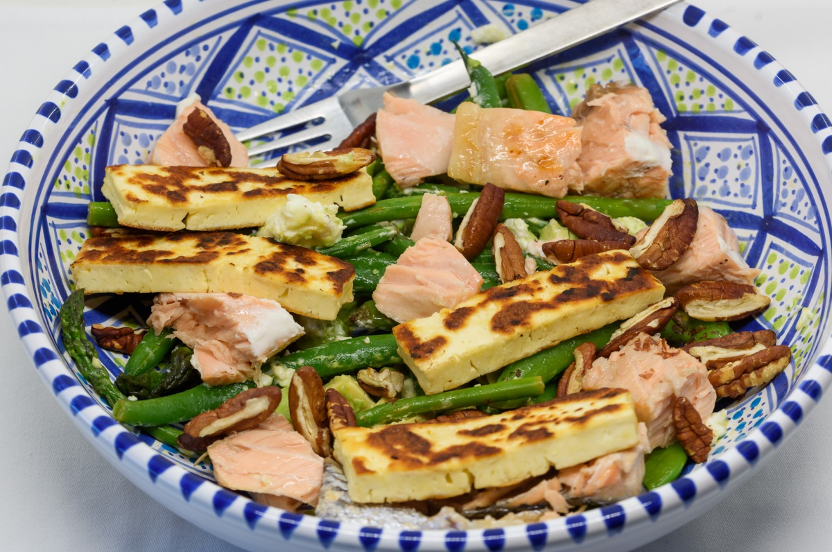 Salmon and green salad with halloumi