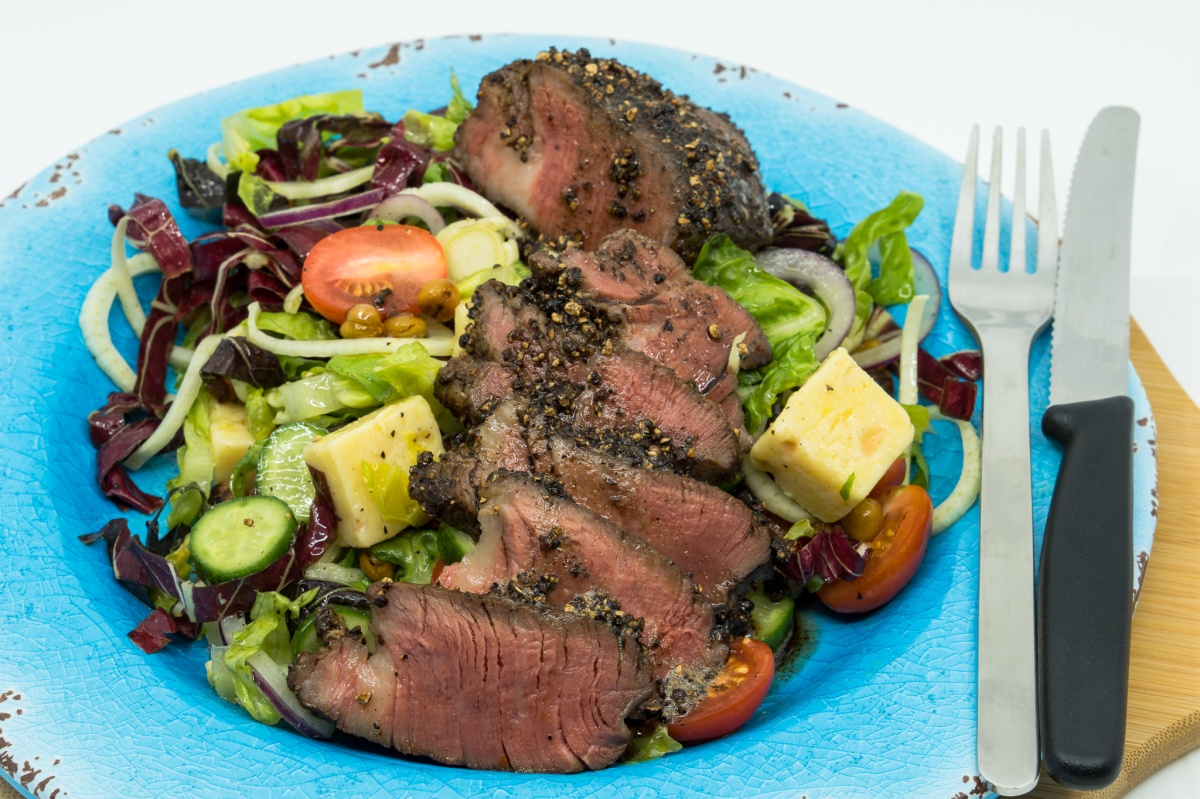 Filet mignon and crunchy chickpea salad
